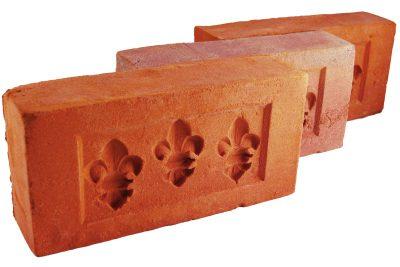 Cegły palcówki z odciskami lilijki ręcznie formowane na zamówienie od producenta Cegielnia Trojanowscy Kraśnik