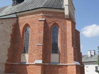 kirche in krasnik poland restauriert form polnisch handgemacht ziegel rot orange kirsche