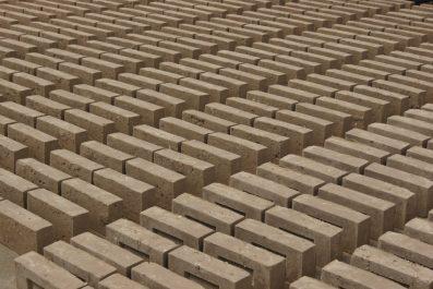 Surówka cegieł ręcznie formowanych w Cegielni Trojanowscy