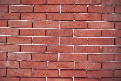 alte seicht auf einer Mauer Ziegel Fassade Kirsche