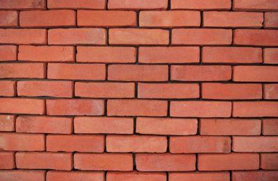 auf Platte mit Ziegelstein Fassade rot