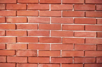 auf Platte an der Wand und Ziegel Fassade rot