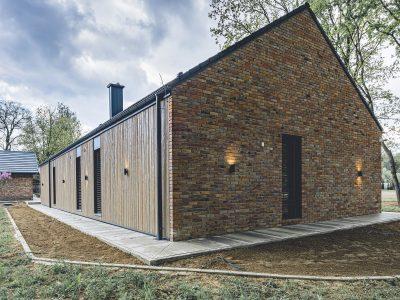 Backsteinhaus für moderne Scheune